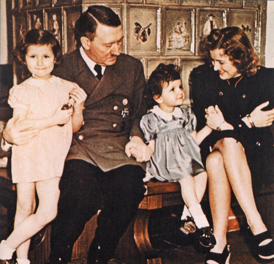 With Eva Braun And Two Children - Nazi Third Reich Wallpaper